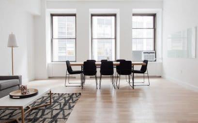 Comment décorer un salon avec du parquet massif ?